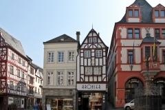 17) Vom Moselparkplatz führt die Straße zum Markt. Auf der linken Seite rechts neben dem Bitchen ist unser Haus.(11)