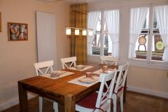 6) Küche mit großem Esstisch