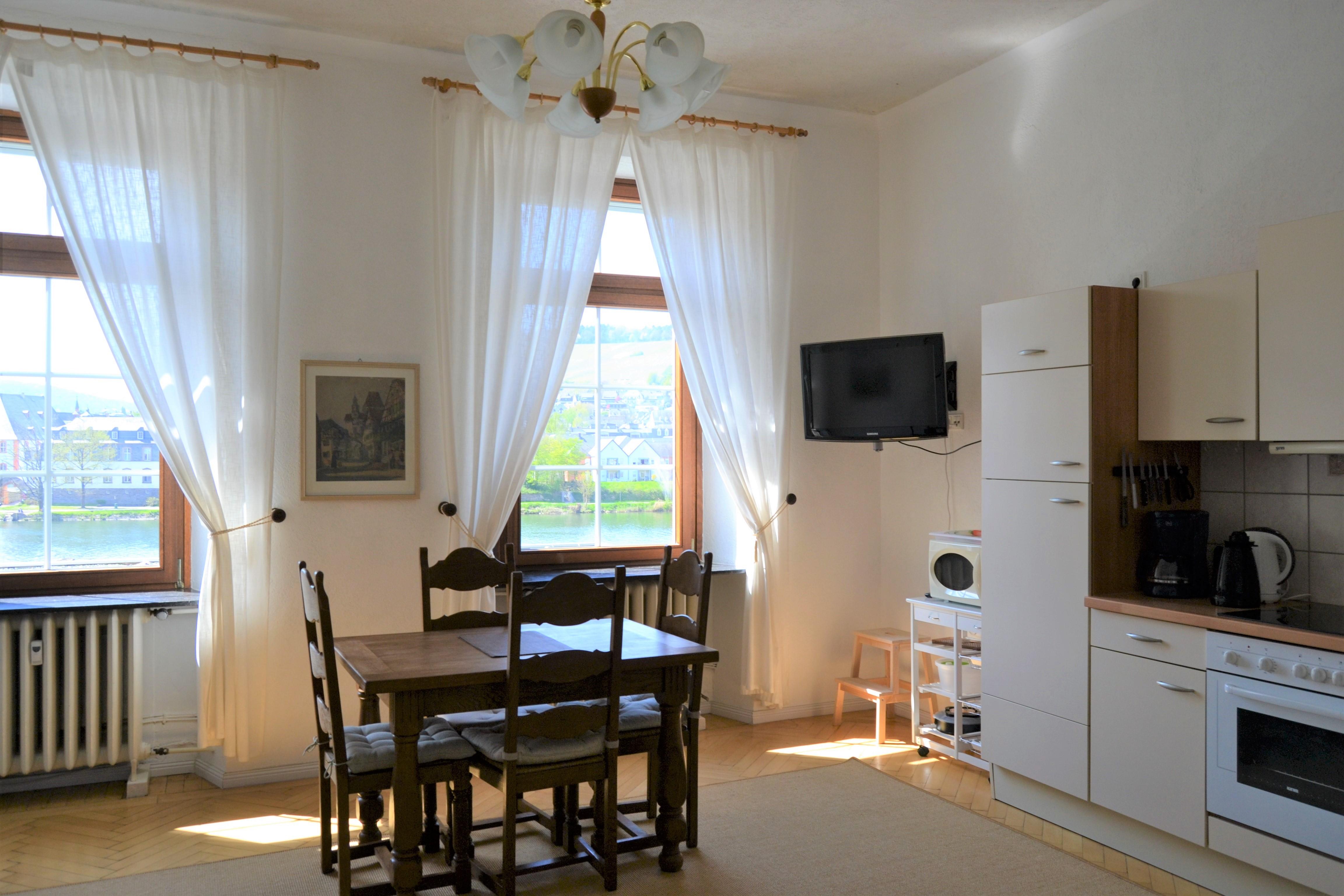 FeWo Mosel - Küche u. Wohnbereich (3)